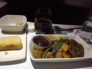 アップグレードされたビジネスクラスの機内食。