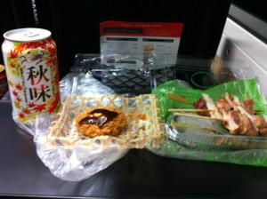 成田エクスプレスの中で酒盛り。秋味と焼き鳥ヒレカツ。