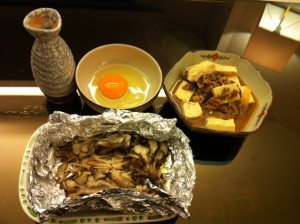 見よう見まねで、肉豆腐とキノコのホイル焼きを作る。