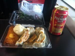 昼食を食べていないので、点心も購入。これはいまいちだったけど、プレミアムモルツ赤が泣かせる美味しさ。