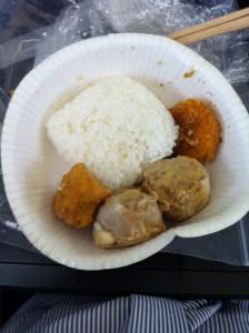 冷凍してあるご飯と冷凍食品をレンジ掛けして紙容器に押し込み弁当とする。悲しい昼食。