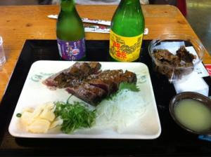 明神丸の鰹のたたき。僕の好きな日本酒(司牡丹、酔鯨)も一緒に。