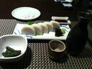 上海に到着して。日本酒と板わさ。