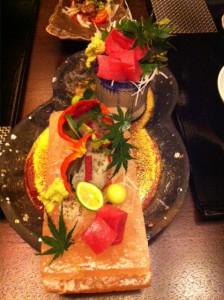 刺身(マグロ赤身とヒラメの昆布締め)。皿が岩塩で凝ってる。赤身が絶品であった。