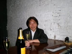 21年半勤めた丸紅の最終日。上海CI5にて。これも思いっきり爽やかに笑ったはずが、これ以上ないほど弱弱しい。
