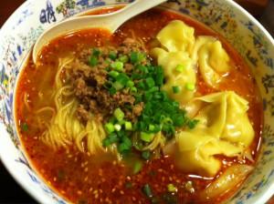 福岡到着直後の食事はワンタン担々麺。