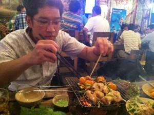 焼いてくれる岩田さん。
