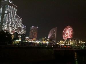 オフィスのある横浜ランドマークタワーを出てすぐの場所からのみなとみらい夜景。