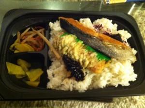 鮭弁で夕食を終える。