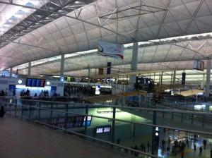 朝6時50分の香港空港。既に人でいっぱい。