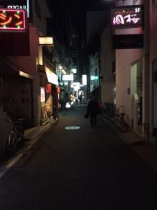 細い路地を店を探して歩く。