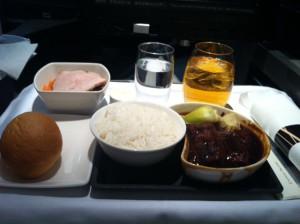 機内食。期待していなかったが、トンポーローが思いのほか美味しく感激。