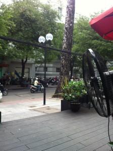街中のカフェ。甘くないコーヒー(日本で飲むような普通のカフェラテ)が飲めてほっとした。